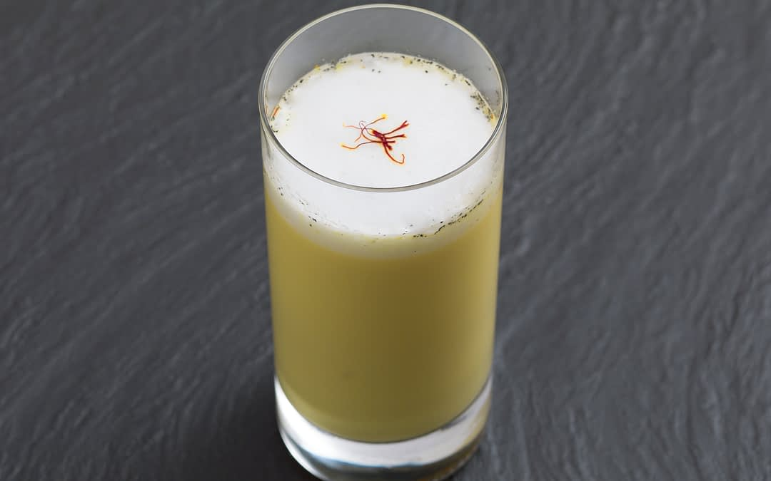 Heiße Safran-Milch