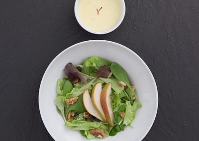 Salat mit Birne an Safran-Curry-Dressing